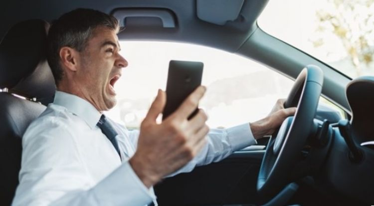 Crash risk doubles when using a cellphone while driving